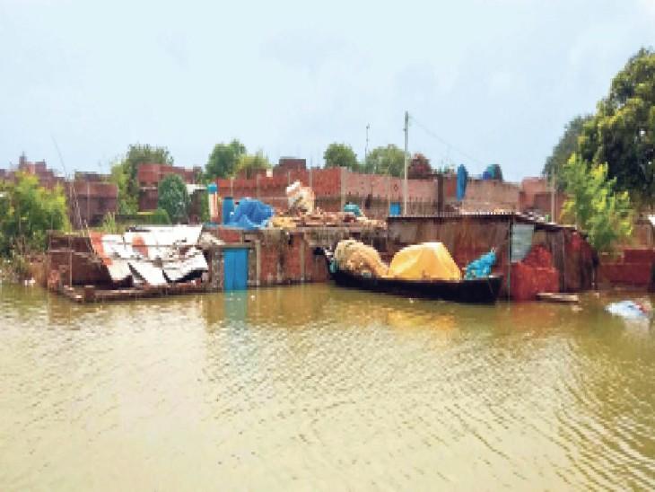 बनारपुर गांव के घरों में घुसा बाढ़ का पानी। - Dainik Bhaskar