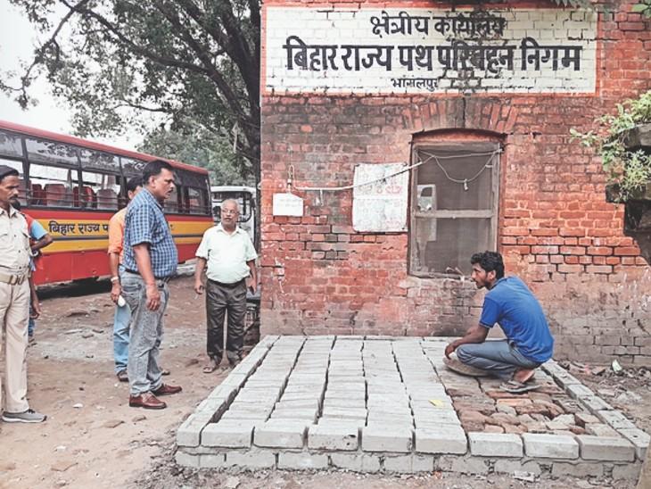 तिलकामांझी सरकारी बस स्टैंड में पेयजल का काम शुरू निरीक्षण करते निगम के क्षेत्रीय प्रबंधक पवन कुमार।