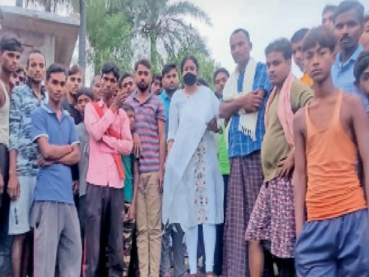 गेन्हरपुर में घटनास्थल पर मौजूद सीओ व अन्य लोग। - Dainik Bhaskar