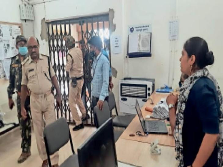 जांच को पहुंचे पुलिस कर्मी। - Dainik Bhaskar