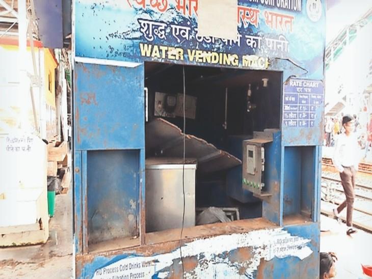 रेलवे स्टेशन पर सैनेटरी ऑफिस के सामने लगी पानी की मशीन के स्टाॅल में रखी कचरा साफ करने वाली मशीन। - Dainik Bhaskar