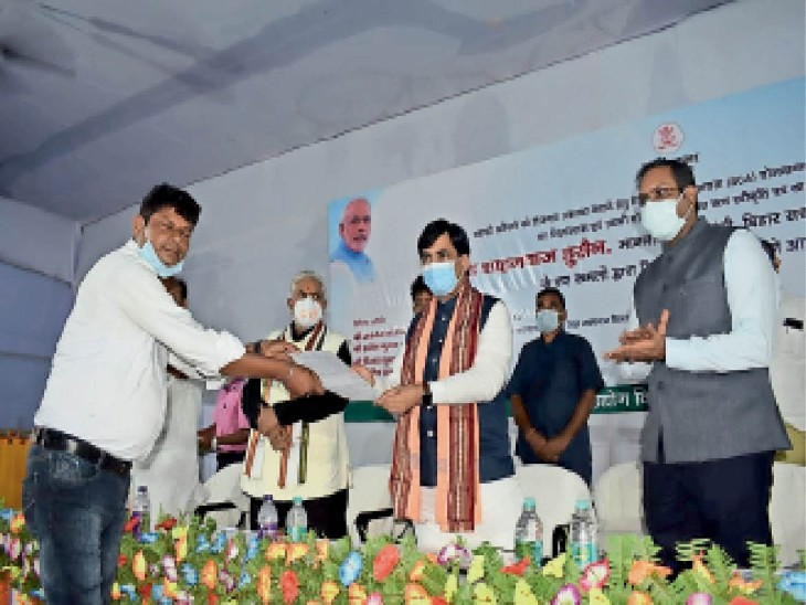 युवा उद्यमियों को चेक देते उद्योग मंत्री सह जिले के प्रभारी मंत्री सैयद शाहनवाज हुसैन। - Dainik Bhaskar