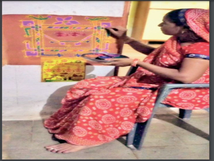 त्योहार के एक दिन पहले कालमुखी गांव में रेखा सूर्यवंशी ने अपने घर में गेरू और रंग-बिरंगी चाॅक मिट्टी से बनाई जिरोती माता। - Dainik Bhaskar