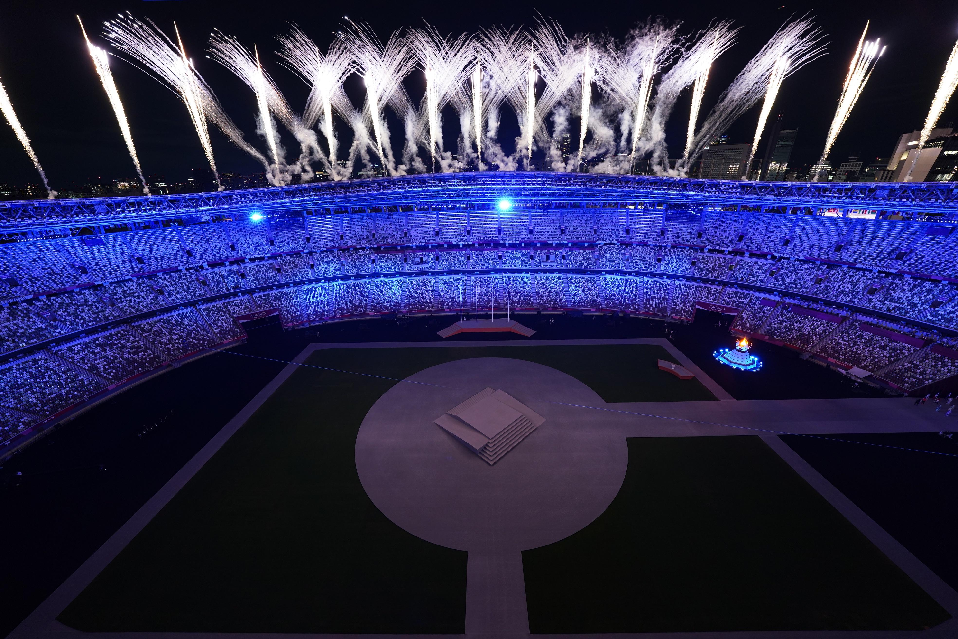 क्लोजिंग सेरेमनी के लिए स्टेडियम को कुछ यूं सजाया गया। मैदान पर आतिशबाजी भी हुई।