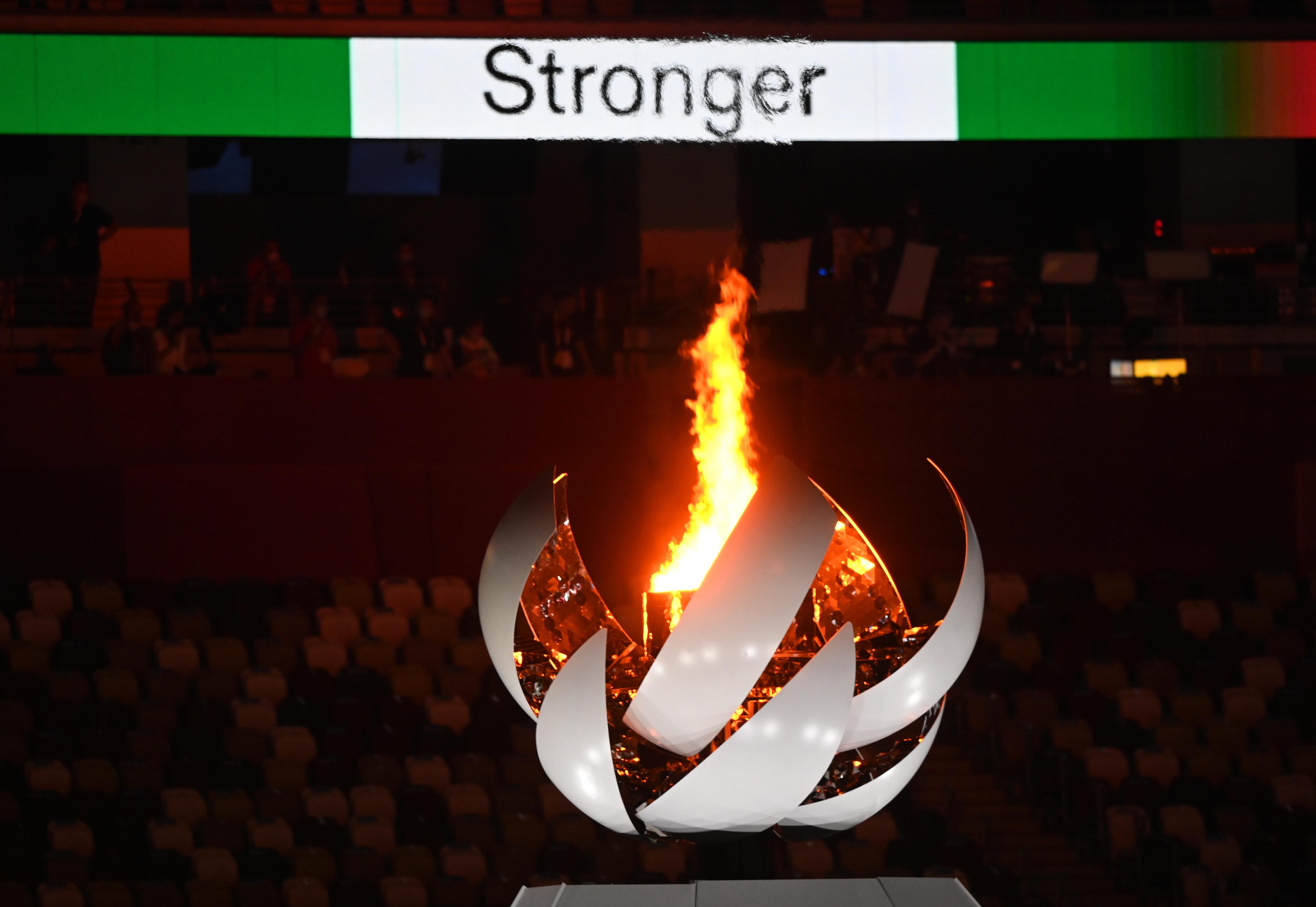 ओलिंपिक ग्राउंड में जल्ती ओलिंपिक मशाल।