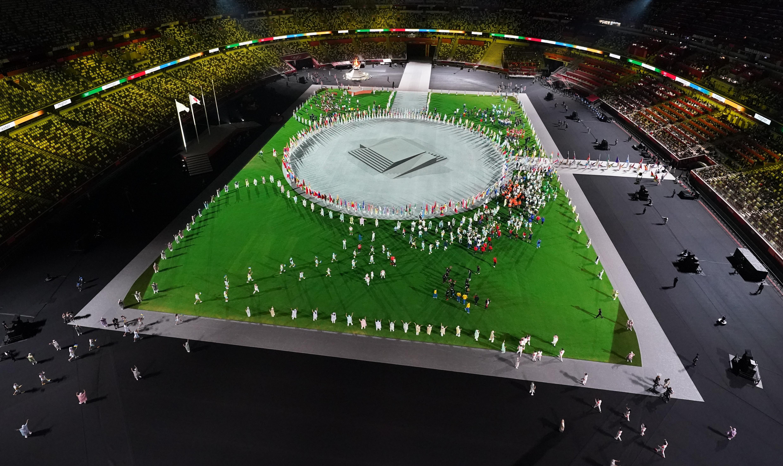 क्लोजिंग सेरेमनी में सभी देशों की सीमाएं खत्म हो जाती हैं। दुनियाभर के एथलीट एकसाथ एक धुन में चलते हैं और मोमेंट को एंजॉय करते हैं।