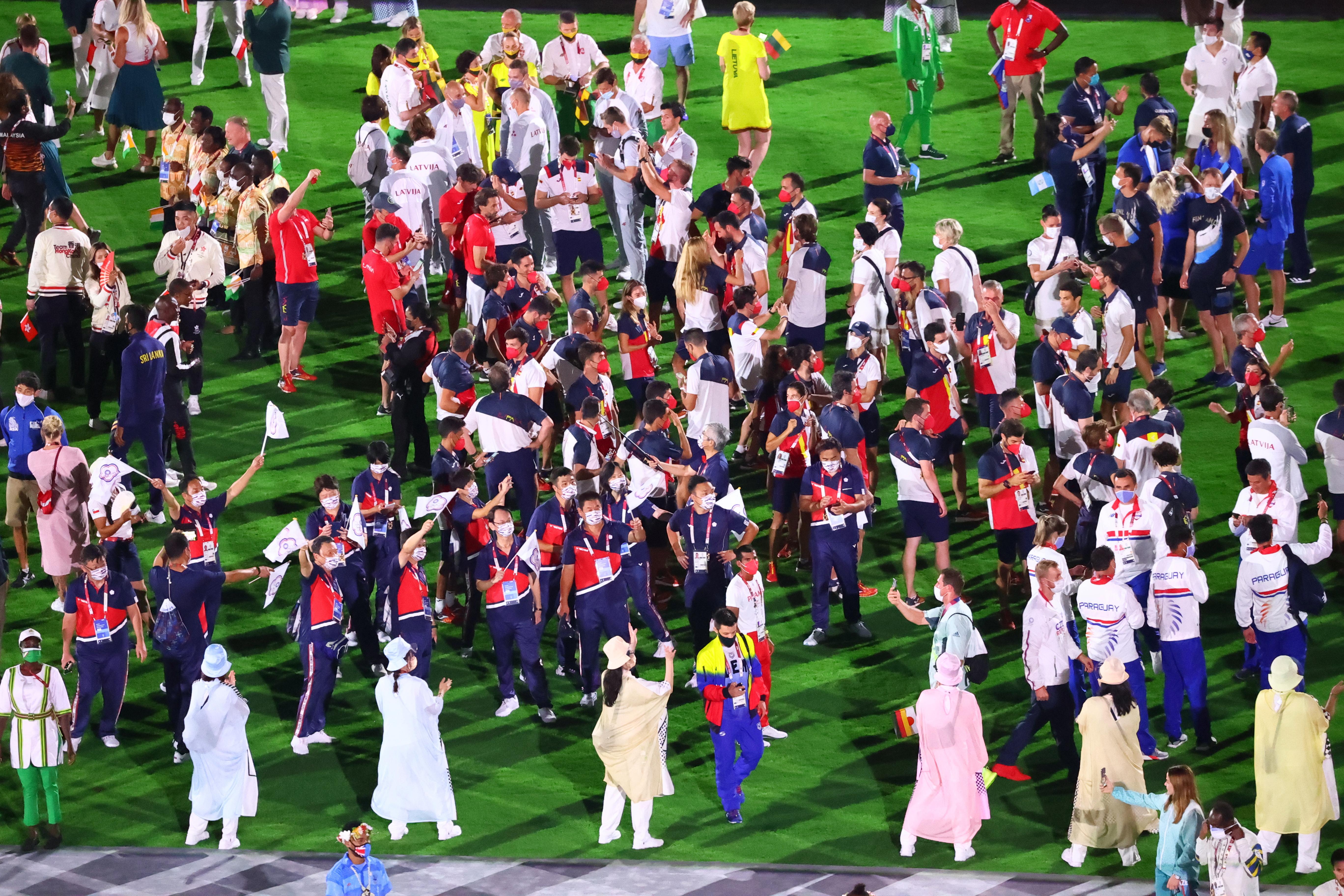 सभी देशों के एथलीट्स एक दूसरे से मिल रहे हैं और पल का लुत्फ उठा रहे हैं। अब ये लम्हा उन्हें तीन साल बाद ही मिलेगा।