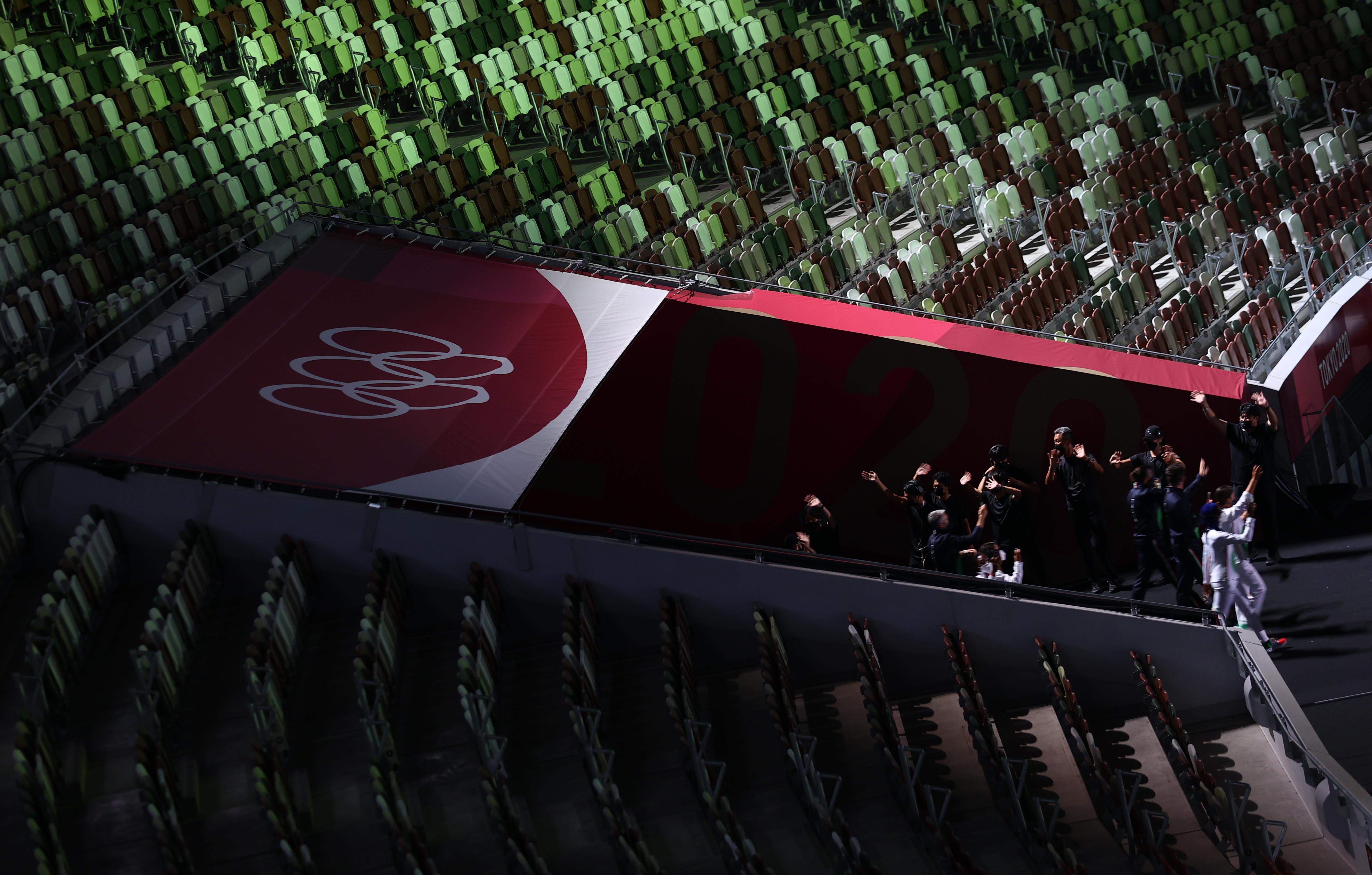 कोरोना की वजह से पूरा स्टेडियम खाली है।