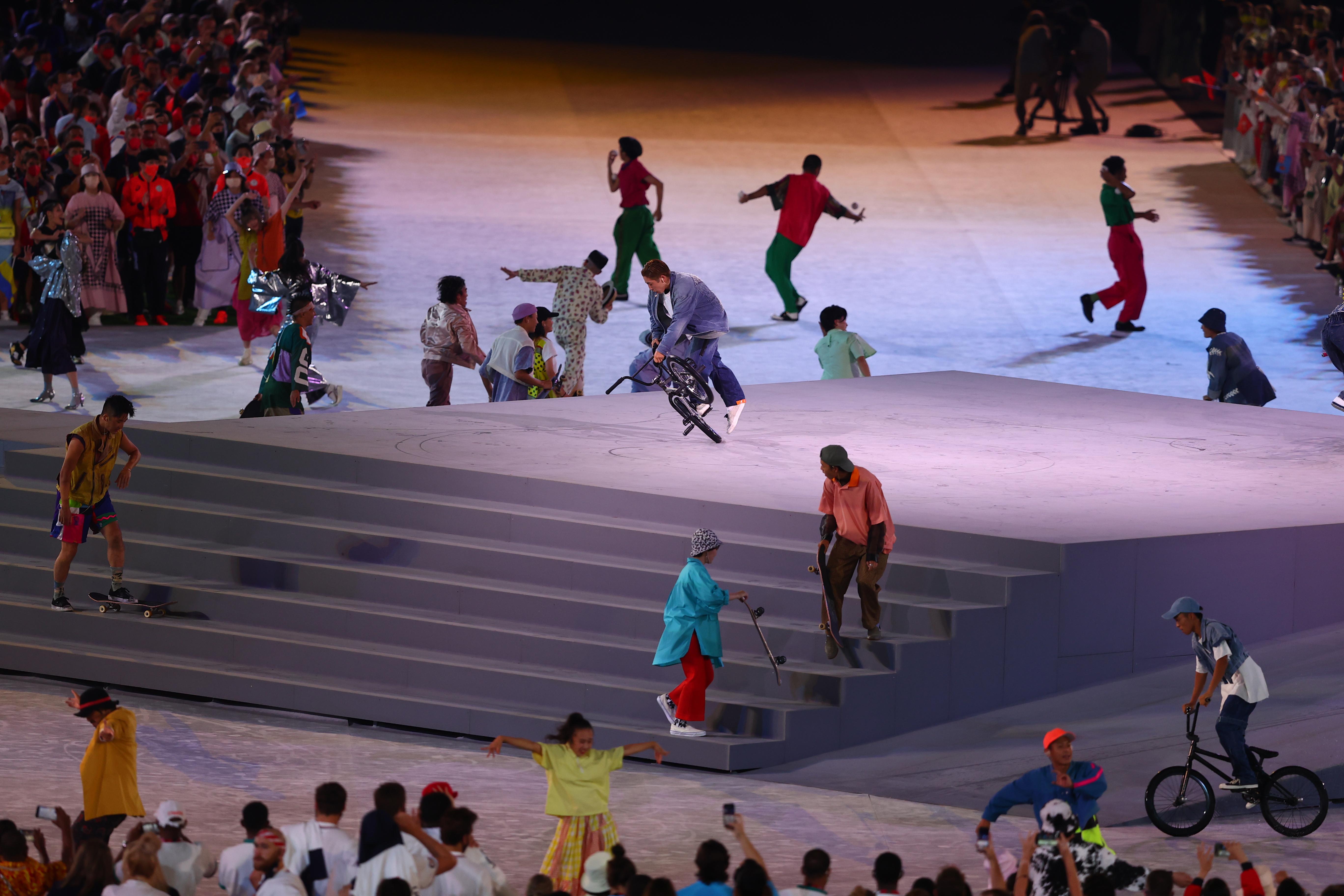एथलीट्स को अपने परफॉर्मेंस से एंटरटेन करते आर्टिस्ट।