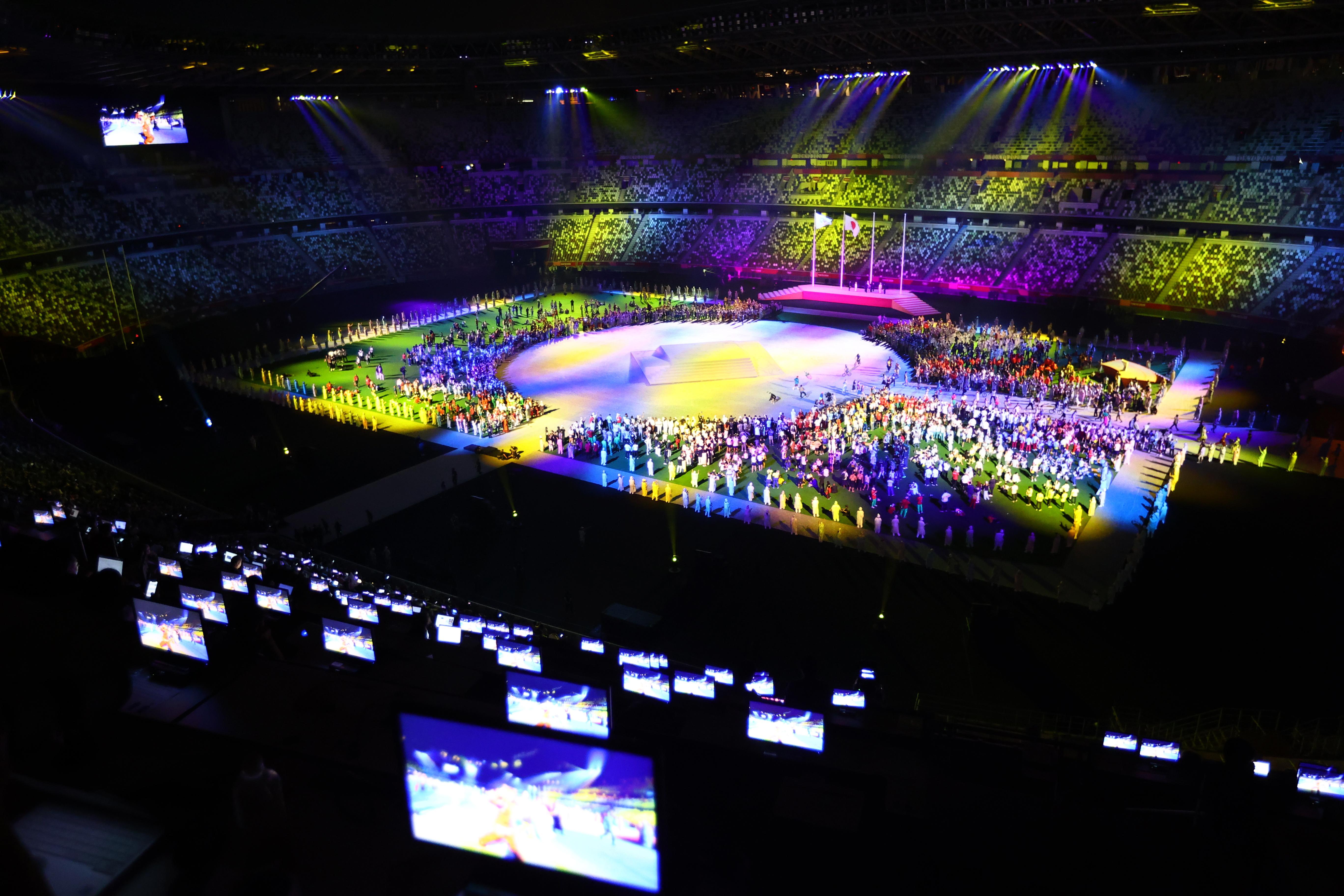 क्लोजिंग सेरेमनी के लिए ओलिंपिक स्टेडियम को कुछ इस प्रकार सजाया गया था।