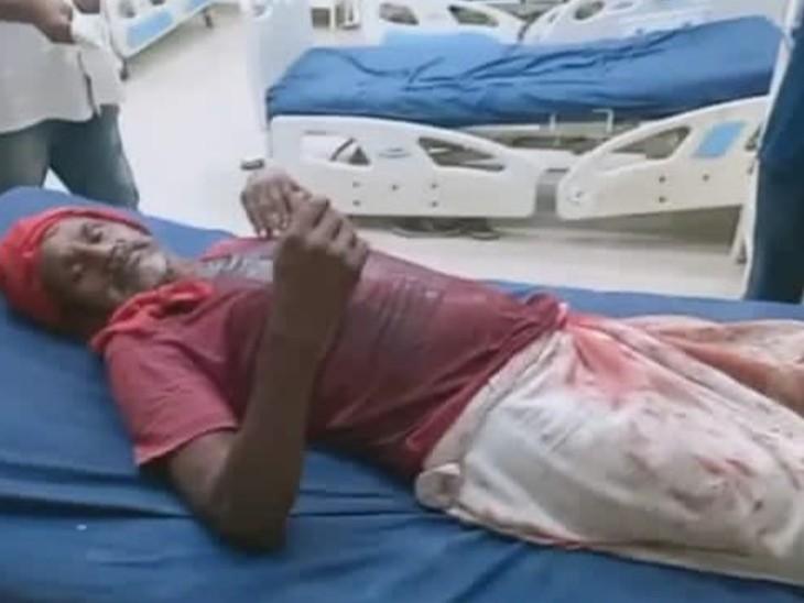 गोलीबारी में घायल शख्स। - Dainik Bhaskar