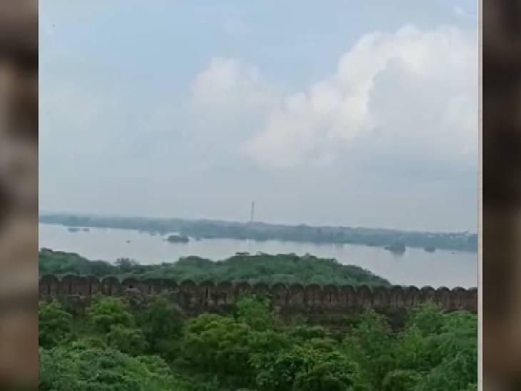अटेर किला को घेरे हुए चंबल की बाढ़ का पानी। - Dainik Bhaskar