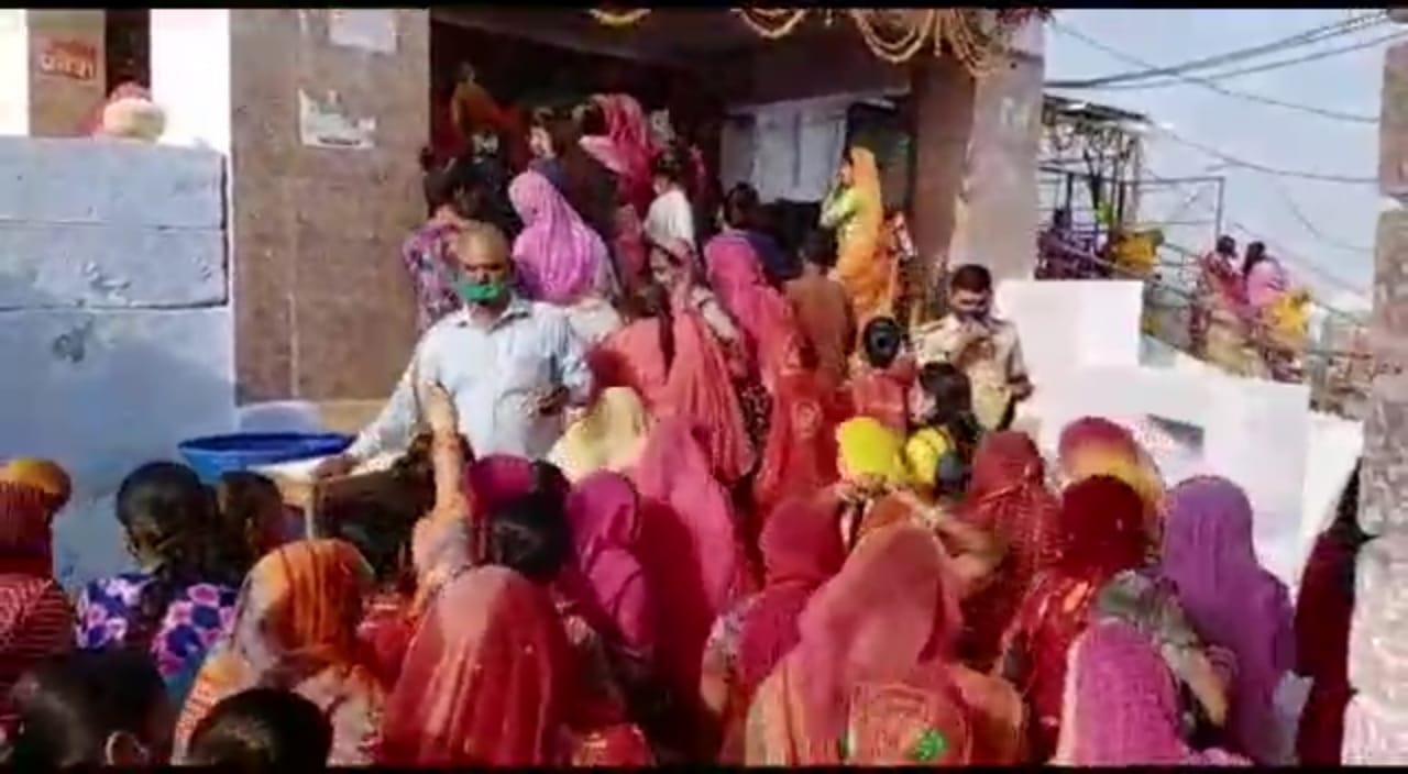 रातानाडा मंदिर में पहुंचे श्रृद्धालु।
