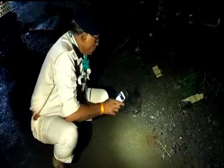 घटनास्थल की जांच करते पुलिसकर्मी - Dainik Bhaskar