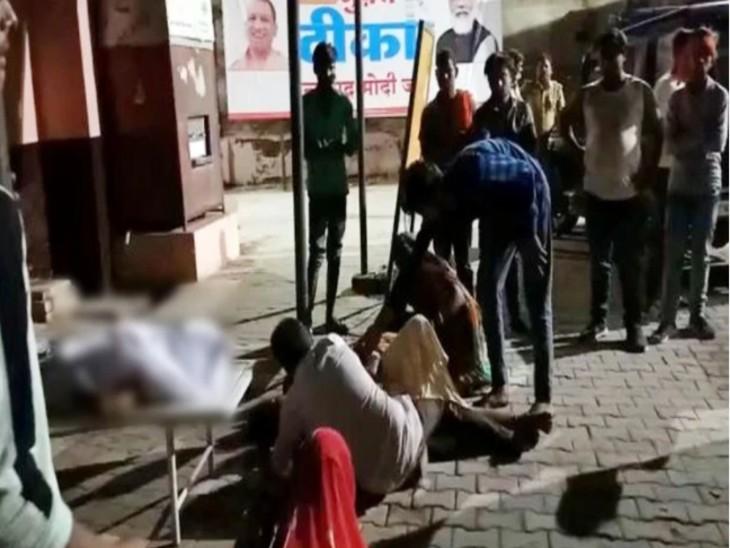 तेज रफ्तार डीसीएम ने कांवड़ियों को टक्कर मारी, 2 की मौत, 3 घायल; चालक को पकड़कर कावंड़ियों ने पीटा|कासगंज,Kasganj - Dainik Bhaskar