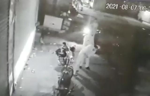 आधी रात मांगी शराब की बोतलें, मना किया तो कर दी पिटाई, एसएपी ने जांच के बाद कार्रवाई के निर्देश दिए|आगरा,Agra - Dainik Bhaskar