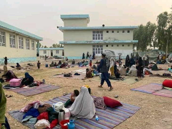 काबुल और उसके बाहरी हिस्सों में इस समय इस तरह के दृश्य आम हैं। युद्ध वाले इलाकों से भागे लोगों ने यहां शरण ली है। इन कैंपों में ज्यादातर महिलाएं और बच्चे नजर आते हैं, जबकि पुरुष सेना और कबीलाई सरदारों के साथ तालिबान से मोर्चा ले रहे हैं।