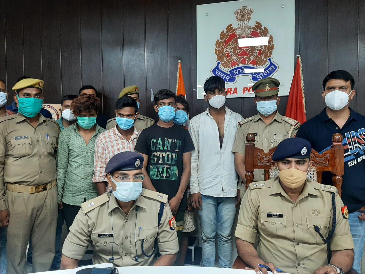 पुलिस लाइन में गिरफ्तार लुटेर� - Dainik Bhaskar