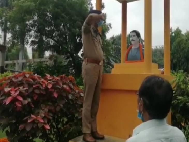 एसपी और सीडीओ ने जूता पहनकर किया माल्यार्पण; आजादी के अमृत महोत्सव के तहत चौरी-चौरा शहीदों की याद में हुआ था कार्यक्रम|सुलतानपुर,Sultanpur - Dainik Bhaskar