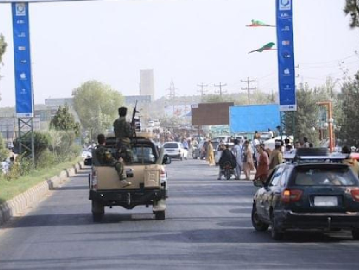 हेरात शहर में गश्त करते अफगान सैन्य बल। हेरात में तालिबान और सेना के बीच भीषण युद्ध जारी है। सेना के अलावा इस इलाके में ताजिक समुदाय के कबीलों ने भी तालिबान के खिलाफ हथियार उठा लिए हैं।