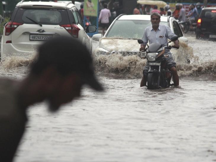 हरियाणा के कई शहरों में सड़कों पर बारिश का पानी भर गया है। गुरुग्राम में जलभराव ज्यादा हुआ है। लोग पानी में डूबी सड़कों पर यातायात के लिए मजबूर हैं।