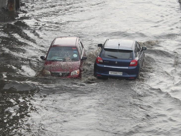 गुरुग्राम के नरसिंहपुर में रविवार को भारी बारिश हुई। इसके बाद दिल्ली-गुरुग्राम एक्सप्रेसवे सर्विस रोड पानी में डूब गया।