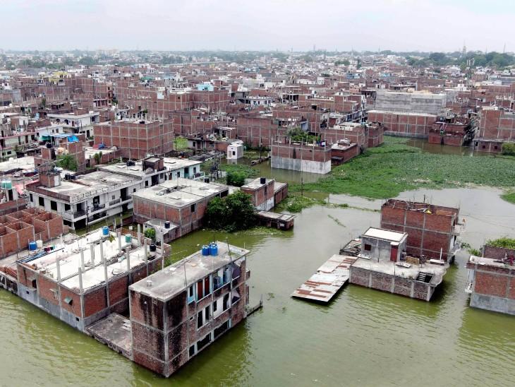 रविवार को बारिश के बाद प्रयागराज के छोटा बघारा इलाके में पानी भर गया। यहां लोगों के घर पानी में डूबे हुए हैं।