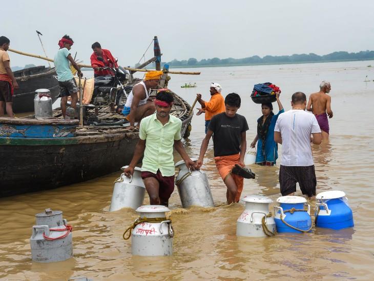 पटना में रविवार को भी भारी बारिश हुई, जिससे कई इलाकों में जलभराव हो गया। गंगा पार करने के बाद दूध के कंटेनर नाव से लाए गए।