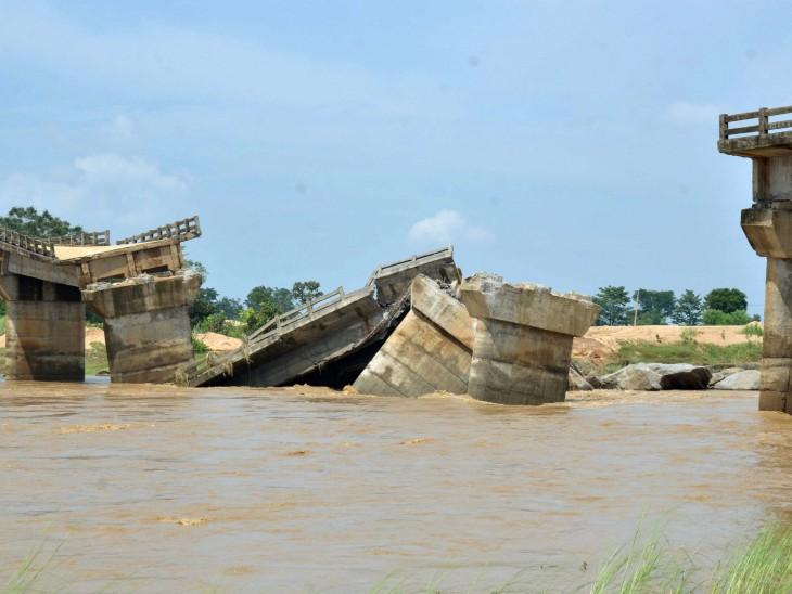झारखंड के रांची जिले के बरवाडीह गांव में रविवार को भारी बारिश हुई, जिसके कारण एक पुल गिर गया।