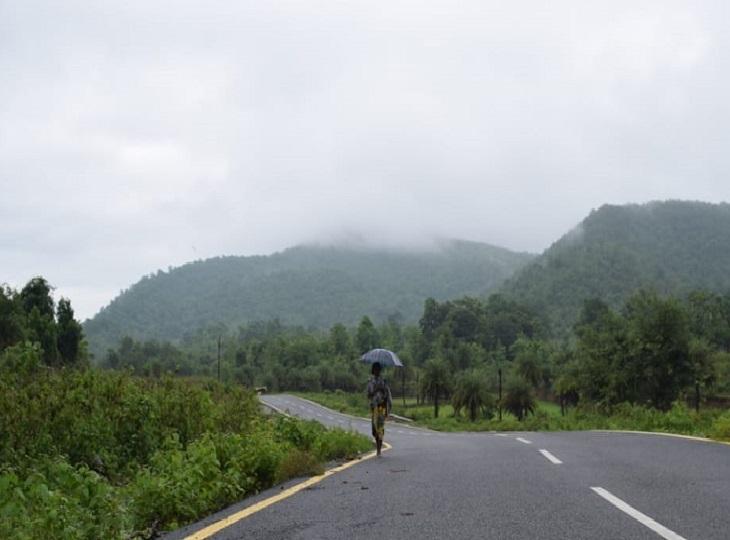मौसम वैज्ञानिकों के अनुसार,आज बस्तर के कई इलाकों में हल्की से मध्यम बारिश हो सकती है।