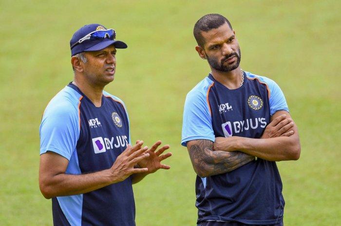 श्रीलंका सीरीज के दौरान कप्तान धवन से बात करते राहुल द्रविड़ (बाएं)।