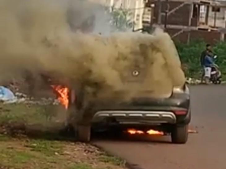 स्थानीय लोगों ने आग पर काबू पाने की कोशिश की लेकिन वे असफल रहे।