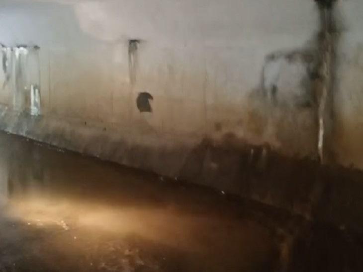 ब्रिज के ऊपर और किनारे के हिस्से में इस तरह से दरारें पड़ी हुई हैं।