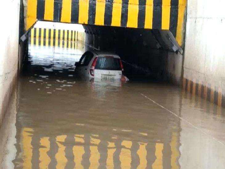 बुधवार सुबह इस तरह से एक कार अंदर डूब गई थी।