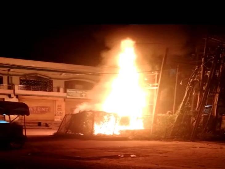 अमरोहा में आग लगने से ट्रान्सफॉर्मर धू-धू कर जलने लग गया। - Dainik Bhaskar