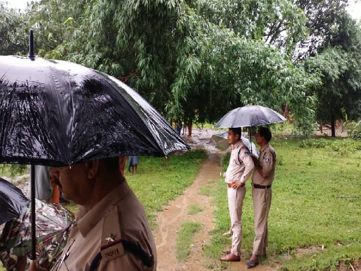 बारिश के बीच रेस्क्यू कराती सोहागी पुलिस।