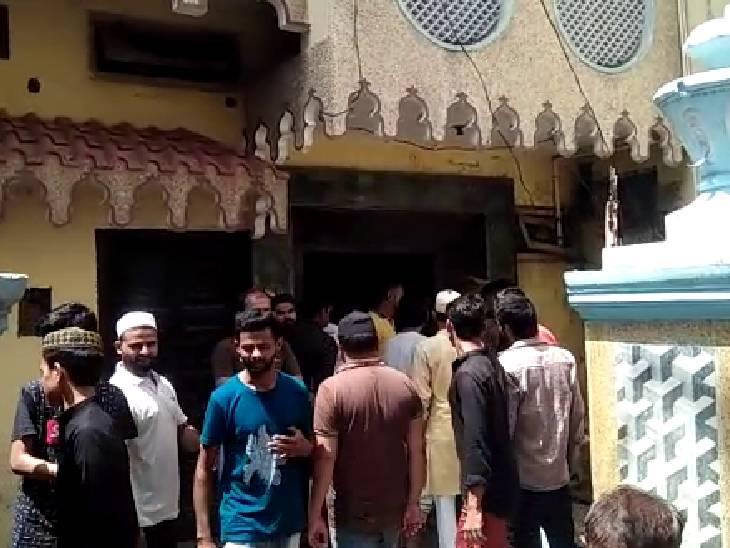 धमाके बाद घर पर लोगों की भीड़ लग गई।