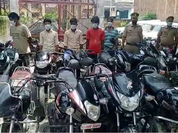 23500 रुपये नकद, 34 बाइक और 1 टेम्पो बरामद; पुलिस ने छापा मारकर जुआरियों को गिरफ्तार किया|कासगंज,Kasganj - Dainik Bhaskar