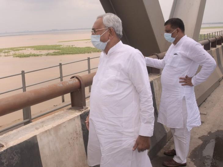 जेपी सेतु पर सीएम नीतीश कुमार के साथ मंत्री संजय झा।