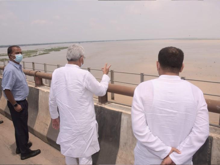 पटना में बाढ़ के खतरे को लेकर निरीक्षण कर रहे हैं सीएम नीतीश।