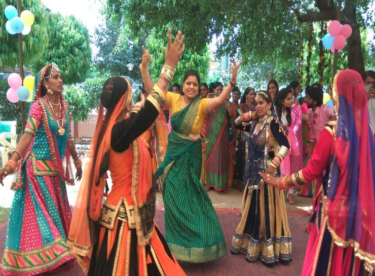 सावन के झुलों पर झुलते नजर आई महिला अफसर, जयपुर कमिश्नरेट की महिला अफसरों व सिपाहियों ने मिलकर किया DJ पर डांस|जयपुर,Jaipur - Dainik Bhaskar