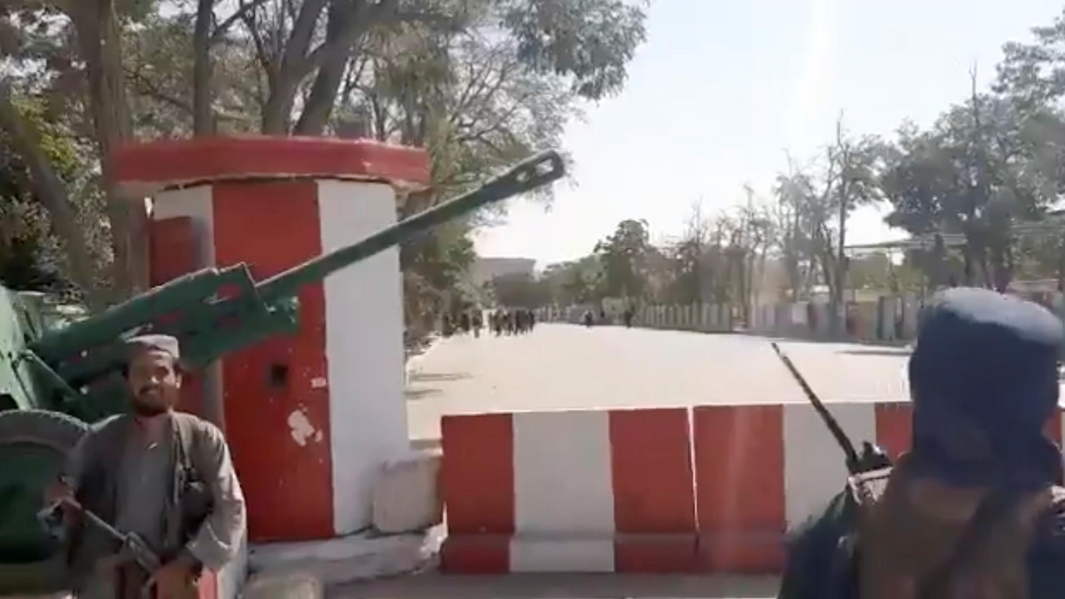 तालिबान लड़ाकों ने गजनी शहर में सेना के मोर्चों को अपने कब्जे में ले लिया।