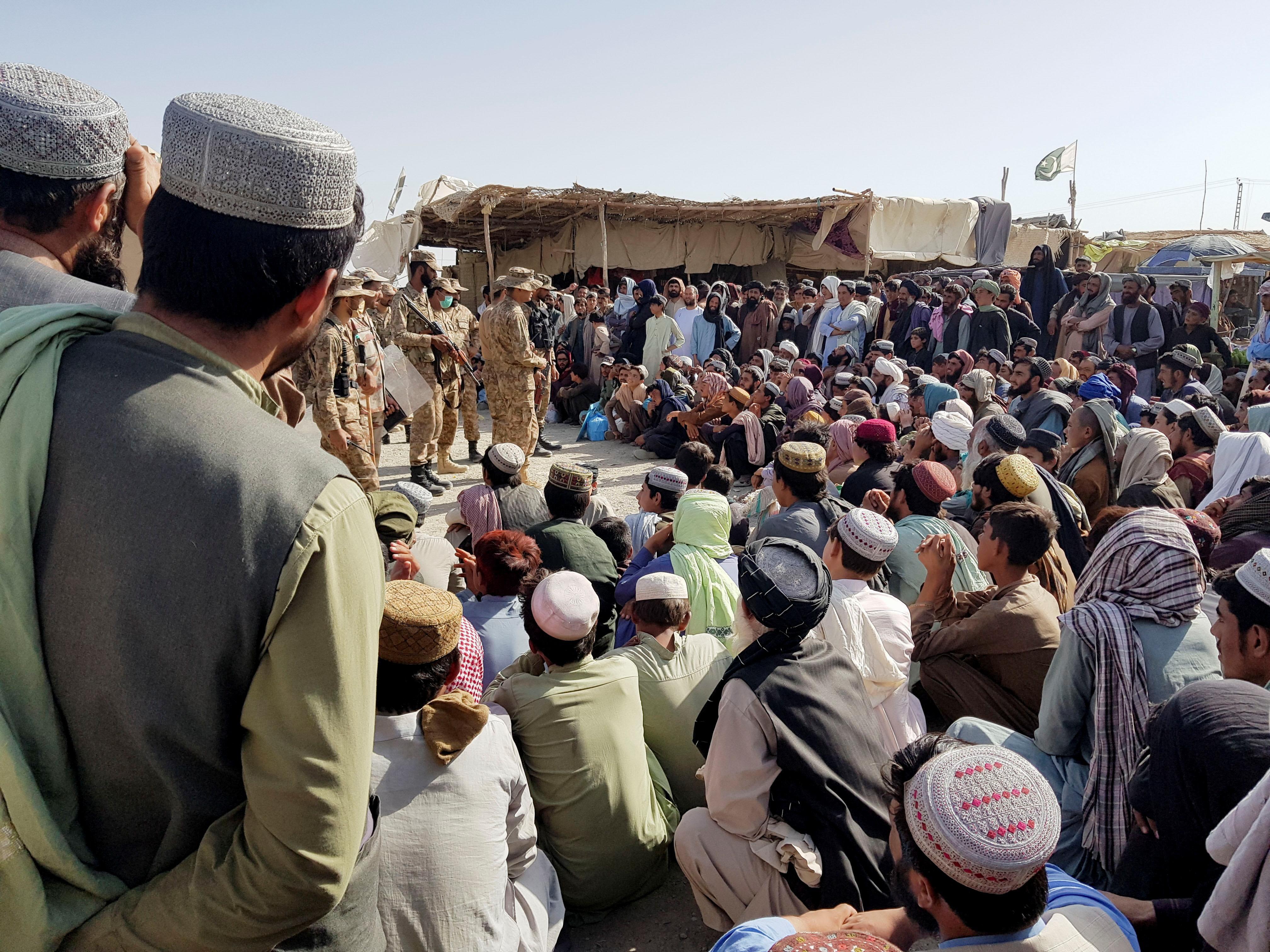 अफगानिस्तान-पाकिस्तान बॉर्डर पर लोगों का हुजूम उमड़ा हुआ है। ये पाकिस्तान की ओर पलायन करना चाहते हैं। यहां पाकिस्तानी सेना का कड़ा पहरा है।