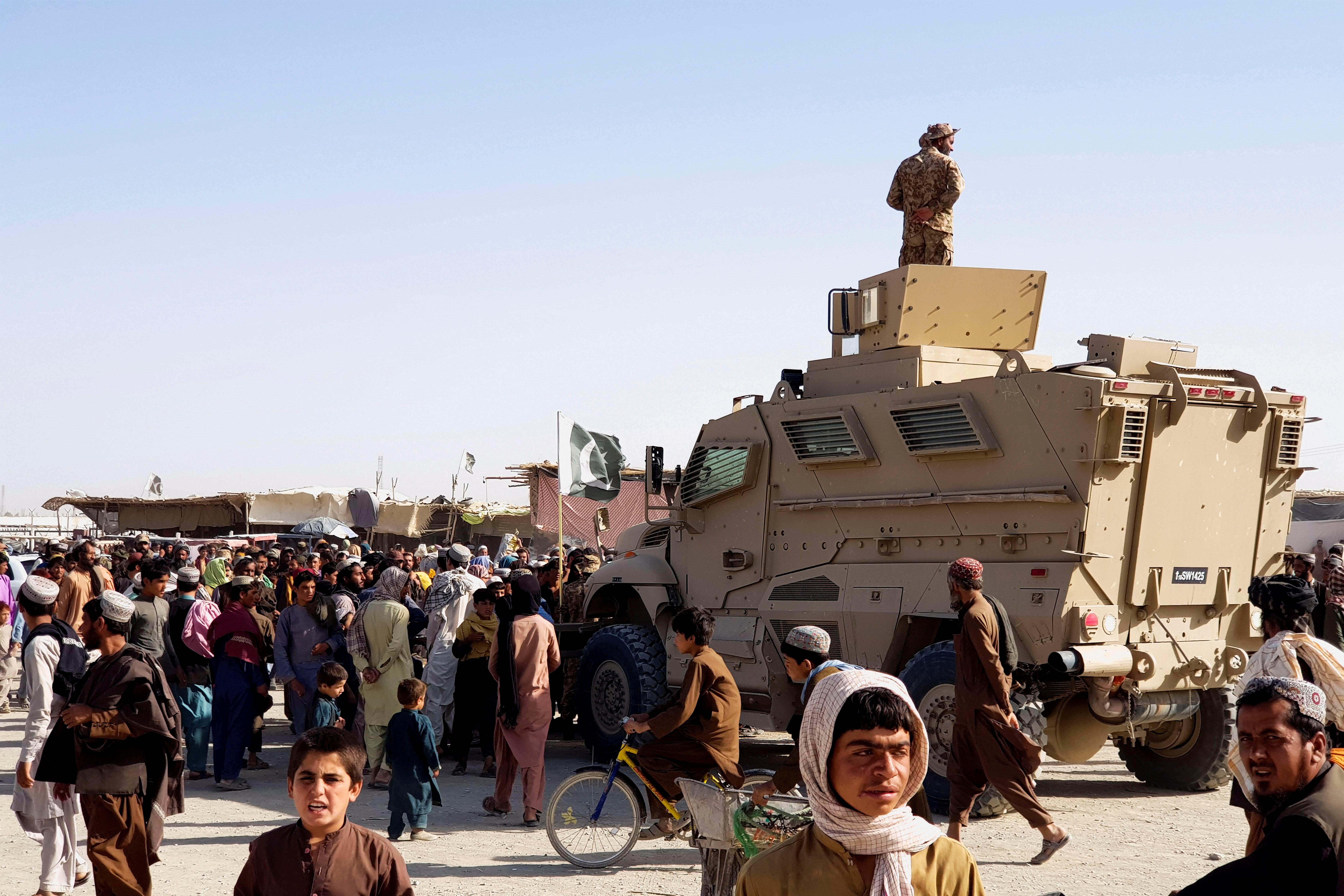 अफगानिस्तान-पाकिस्तान बॉर्डर पर पलायन करने वाले लोगों का हुजूम उमड़ा हुआ है।