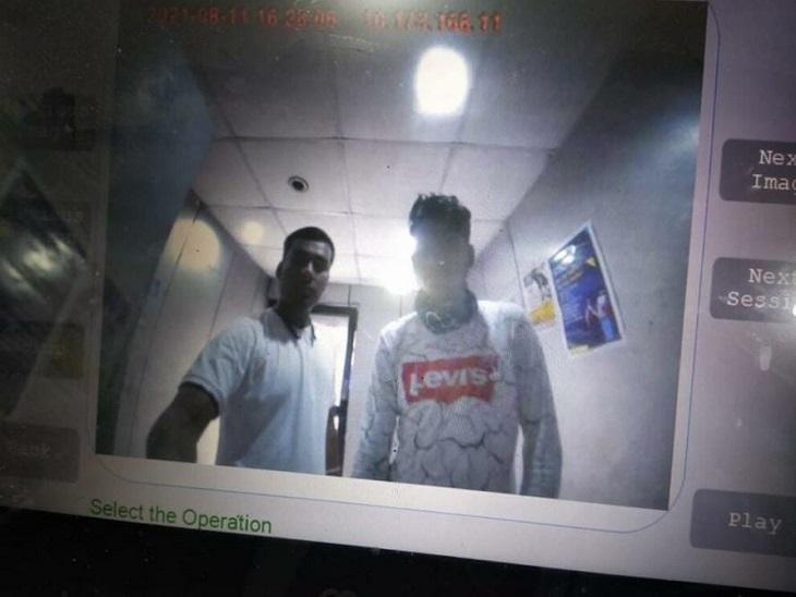 एटीएम में लगे सीसीटीवी में कैद आरोपियों की तस्वीर।