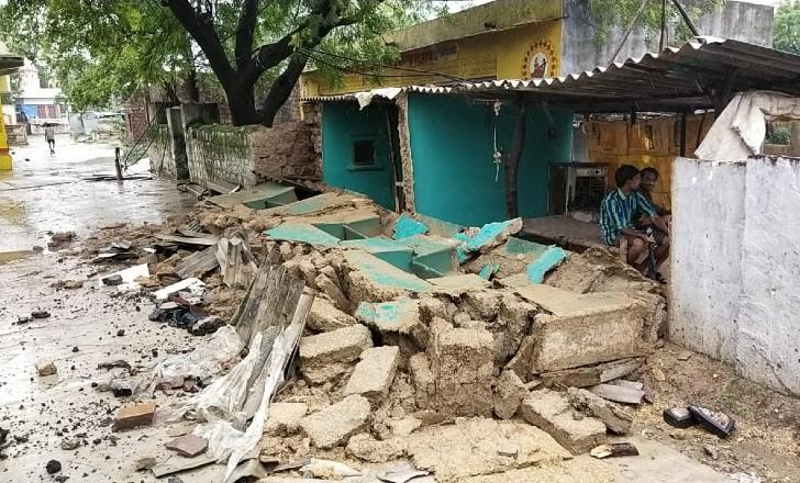 पानी उतरने के बाद उजड़े हुए गांव आज भी तबाही की कहानी कह रहे हैं।