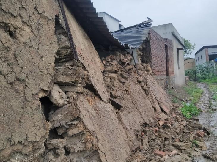 अधिकांश मकान मलबे का ढेर बन चुके हैं। जो अब भी खड़े हैं, उनकी हालत अब रहने लायक नहीं है।