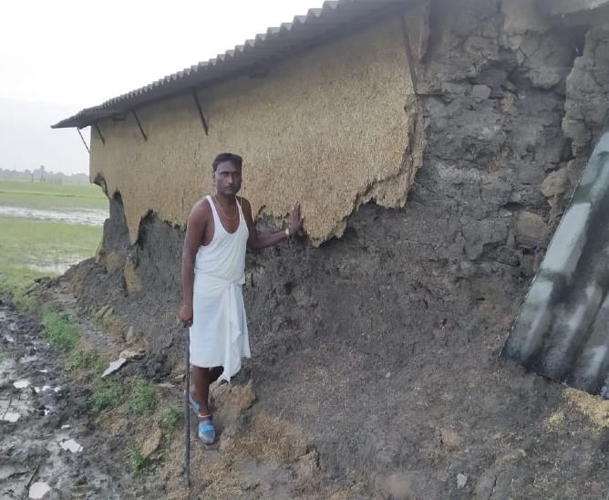 मदनपुरा गांव में बाढ़ के बाद मकान की हालत।