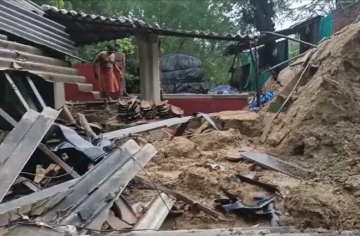 मकान का एक हिस्सा पूरा टूट चुका है। सामान अभी भी दबे हुए है। रहने की जगह नहीं है।