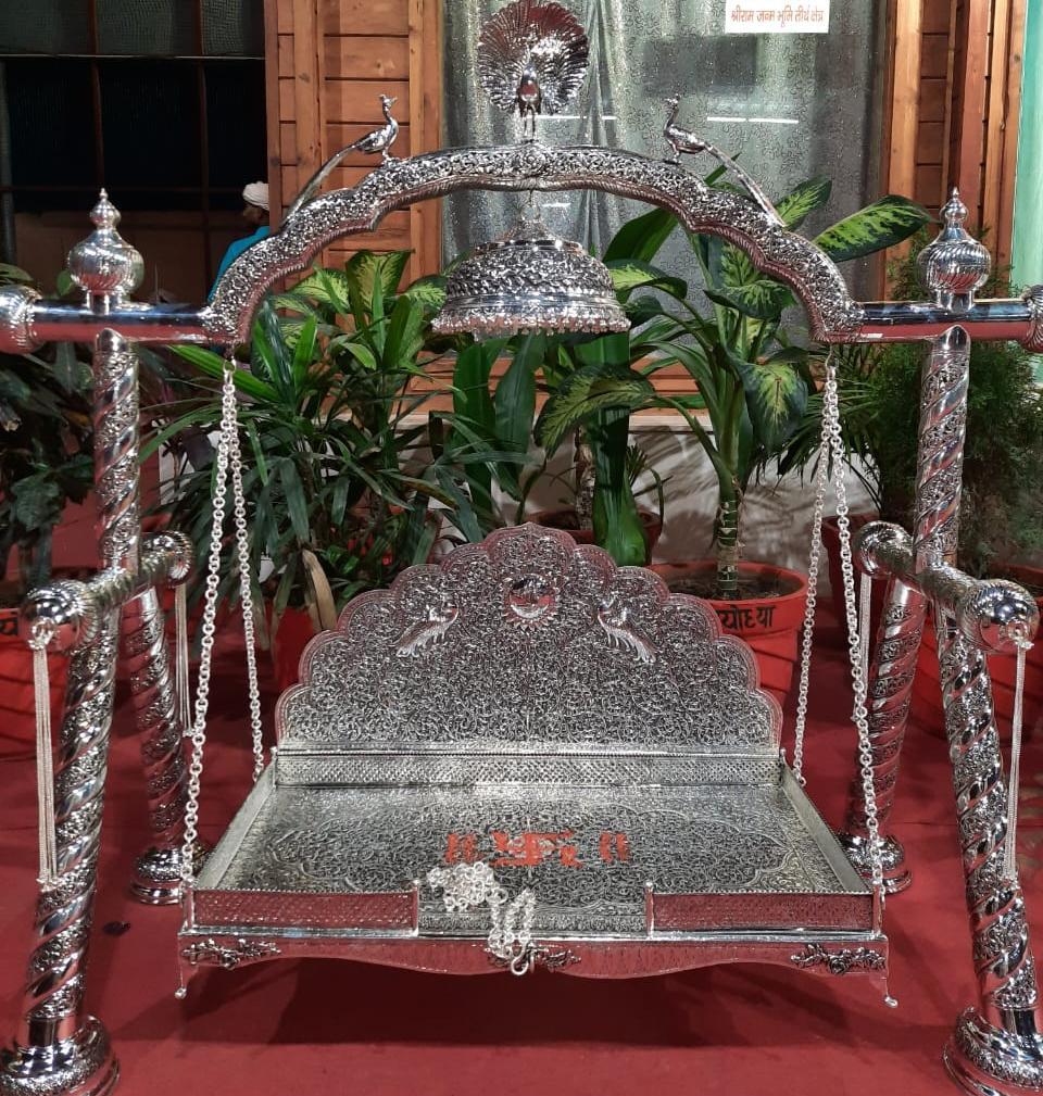 रामलला का चांदी का झूला बनकर उनके दरबार में पहुंचा: पांच सौ साल बाद मिला प्रभु को चांदी का झूला,नागपंचमी से 21 किलो के इस भव्य झूले पर ...